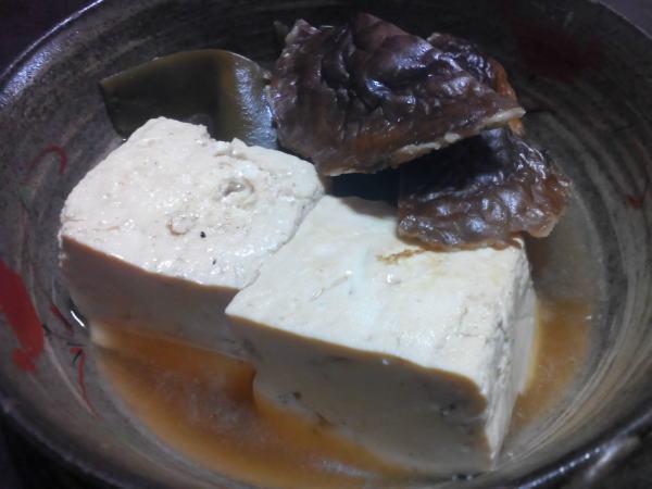 だしを取った干しシイタケと昆布とお豆腐